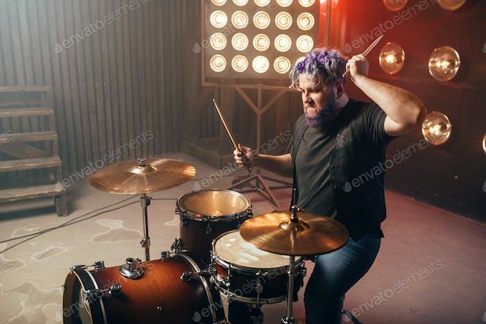 Barttrommler mit bunten Haaren, Rock-Performer