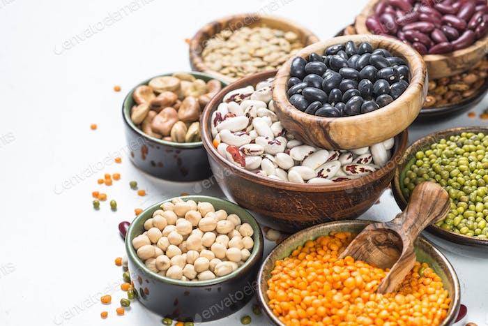 Hülsenfrüchte, Linsen, Chikerbsen und Bohnen Sortiment auf weiß.