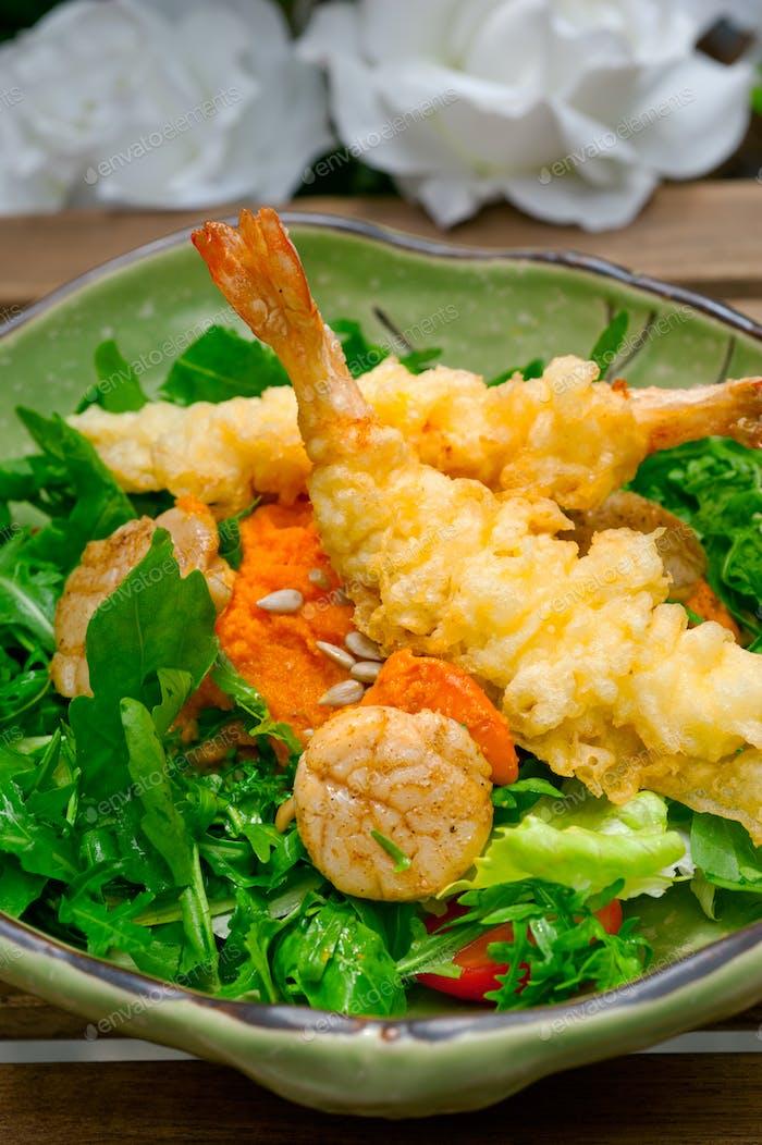 frische japanische Tempura Garnelen mit Salat