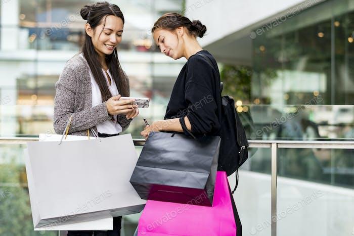 Frau genießen Einkaufskonzept