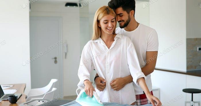 Ein Paar in der Liebe Bügeln Kleidung