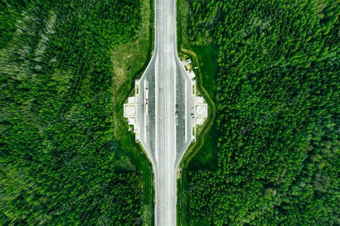 Luftaufnahme der Maut Road Highway mit Parkplatz im grünen Wald.