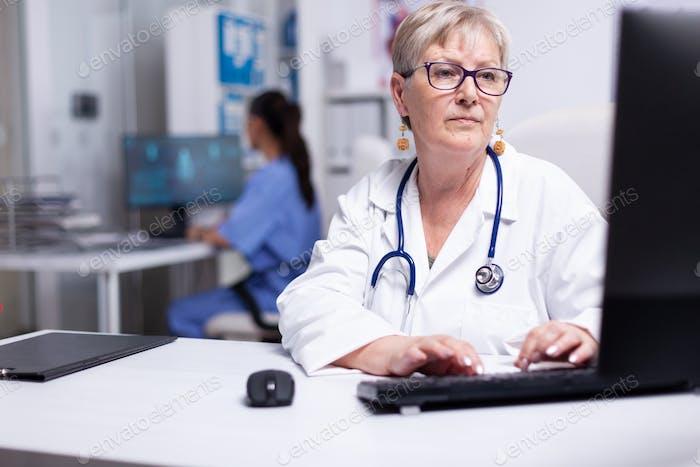 Эксперт-женщина врач, работающая в медицинском кабинете