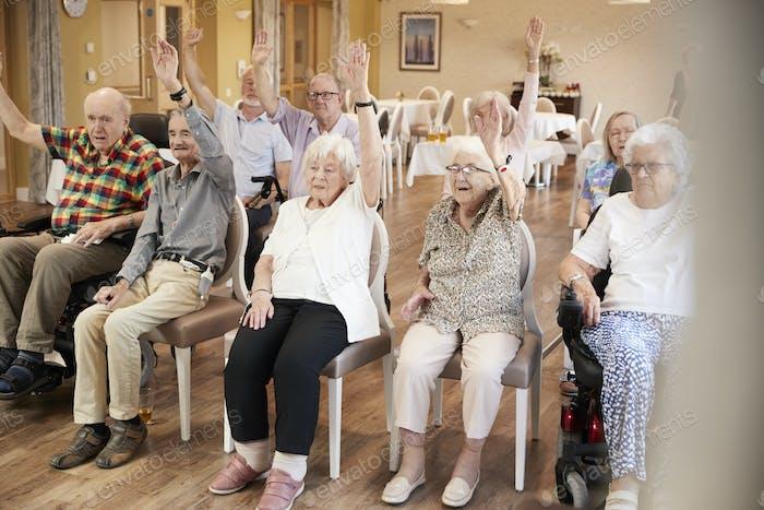 Groupe d'aînés profitant d'un cours de remise en forme dans une maison de retraite