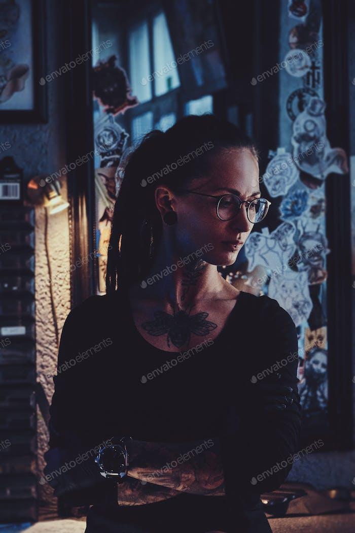 Porträt einer jungen Frau mit Dreadlocks