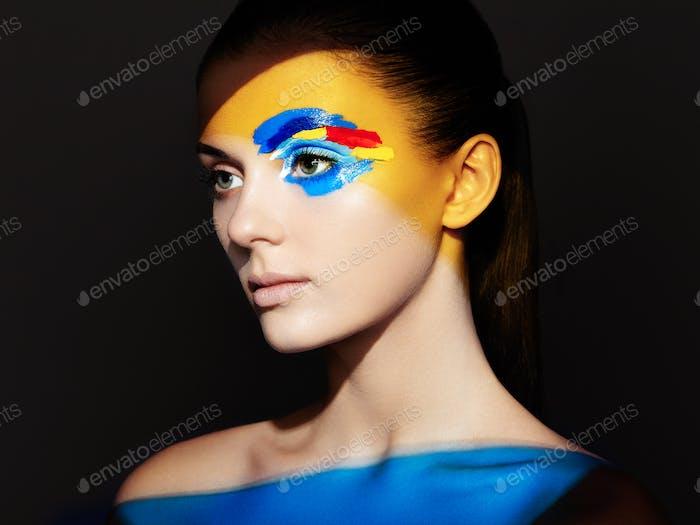 Mode-Modell Frau mit farbigem Gesicht gemalt