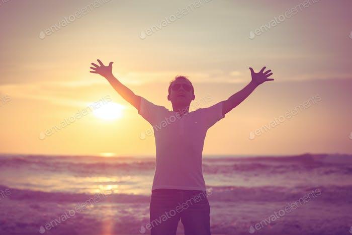 glücklicher Mann stehend am Strand