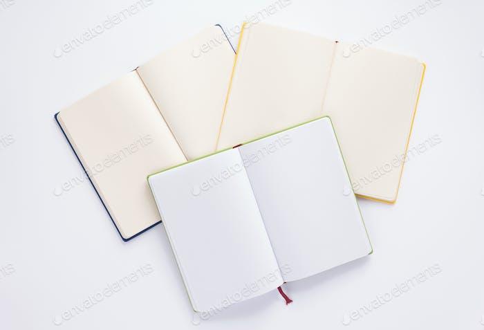 cuaderno abierto sobre Fondo blanco
