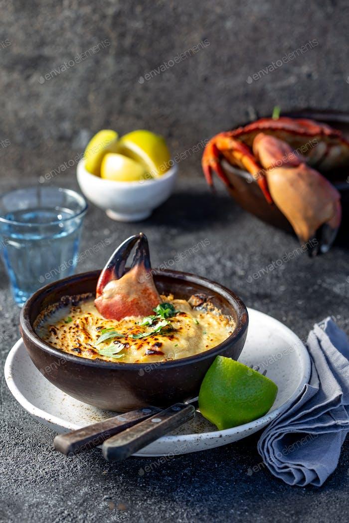 Gebackenes Krabbenfleisch Krabbenfleisch mit Käse, Sahne und Brot.