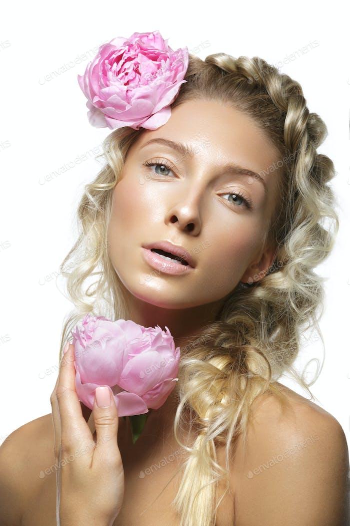 Schöne Mädchen mit Pfingstrose Blume
