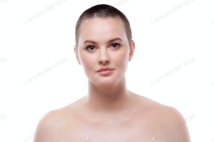 Porträt einer schönen kurzhaarigen Frau mit perfekt leuchtender Haut