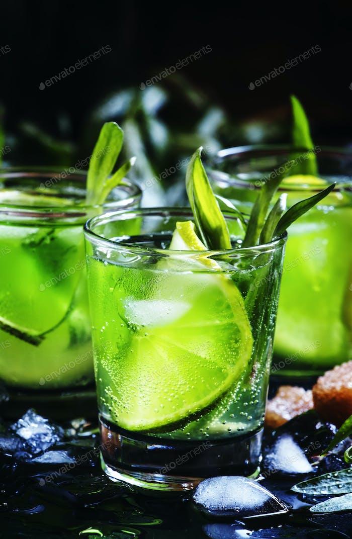Capri Alkoholischer Cocktail mit Wodka, Limettensaft, Soda, Estragon und Eis