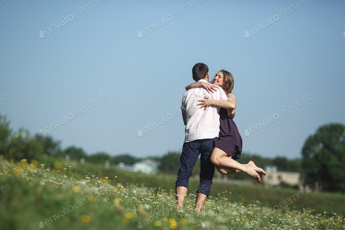 Paar läuft im Feld und Spaß haben