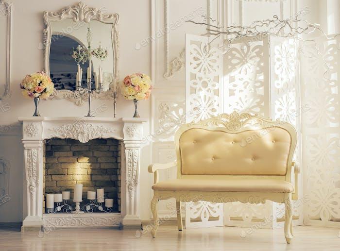 Klassische weiße Innere des Wohnzimmers Mit Sofa In der Nähe Kamin
