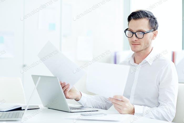 Mann mit Papieren