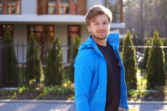 Ein Mann in einer blauen Sportjacke.