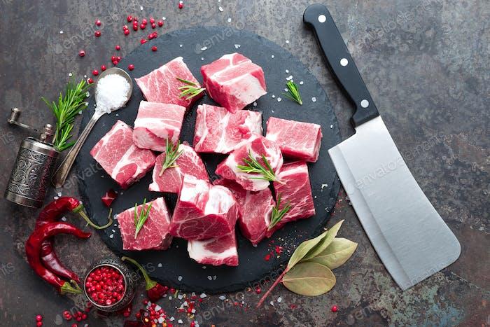 Frisches Schweinefleisch. Rohes Schweinefleisch in Scheiben geschnitten. Schweinefleisch Hals