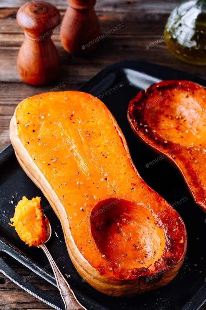 Gebackener Butternut Kürbis, Zutat für eine warme Herbstsuppe.