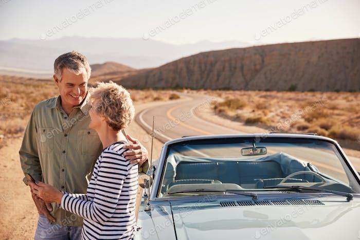 Seniorenpaar überprüfen Karte auf dem Smartphone am Wüstenrand