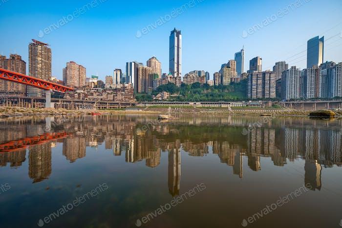 Chongqing, China Stadtbild am Jialing River und Qianximen Bridge
