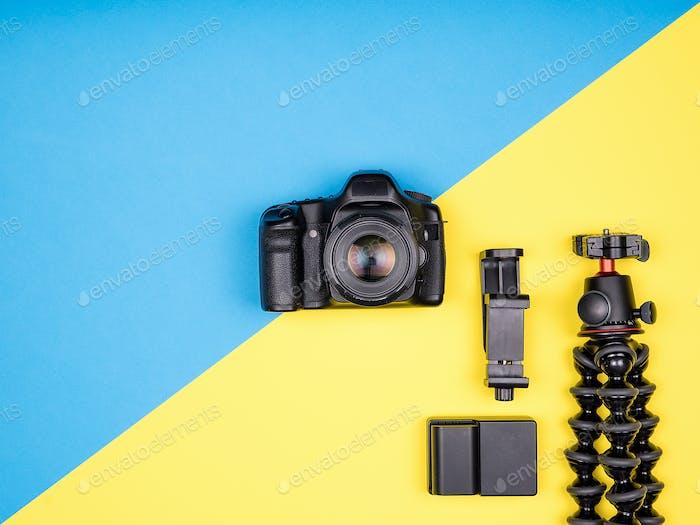 Flacher Lay-Draufsicht der Kamera mit Zubehör