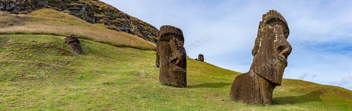 Моаи статуи Рану Рараку, остров Пасхи. Чили
