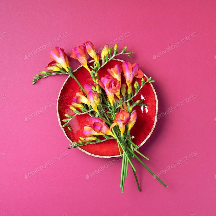 Frühling Freesie Blumen auf rosa Hintergrund. Draufsicht. Flache Lag. Kopierraum. Sommer- und Frühlingskonzept