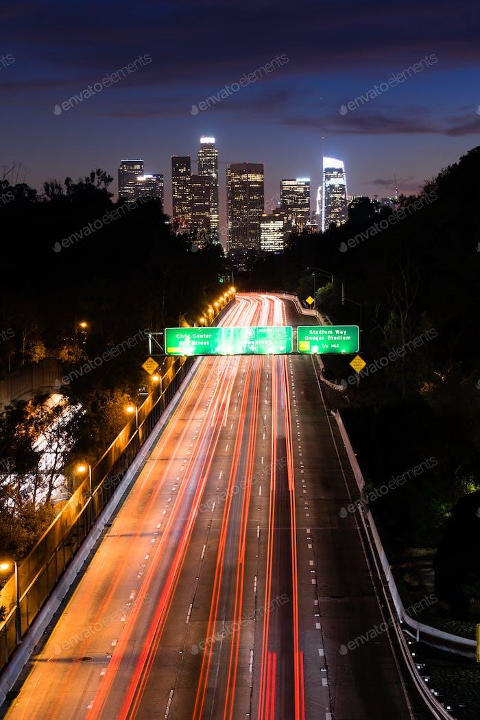 La autopista interestatal 110 lleva a los viajeros a Los Ángeles al atardecer