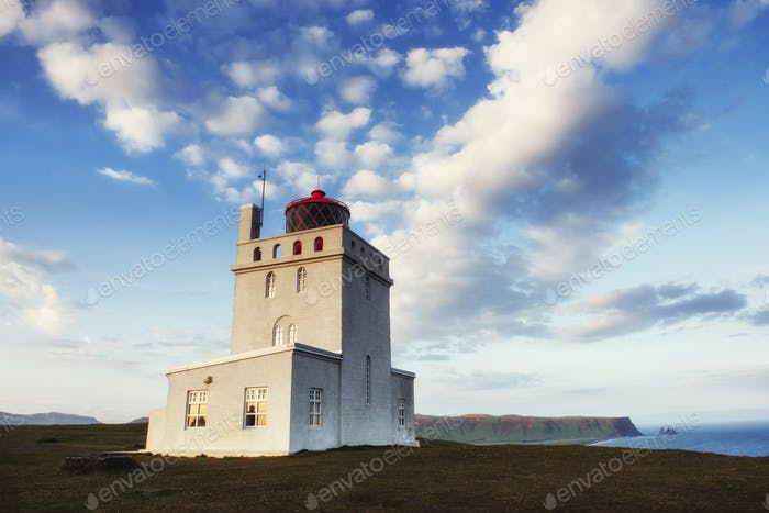 Schöner weißer Leuchtturm am Cape Dyrholaey, Südisland.