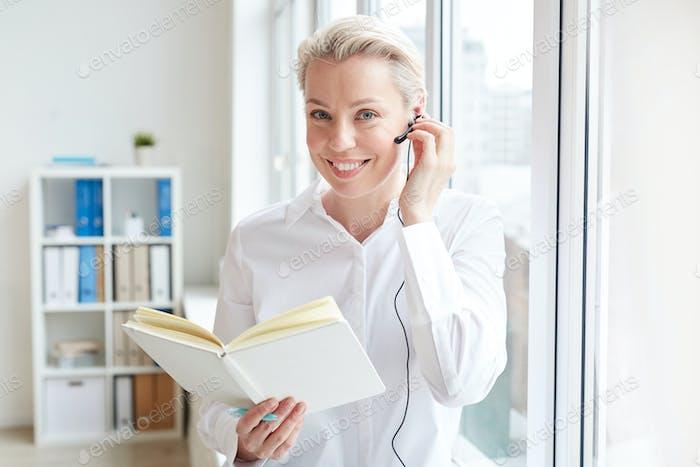 Erfolgreiche Geschäftsfrau mit Headset