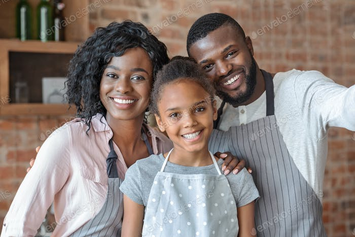 Porträt der glücklichen Familie posiert über Küche Hintergrund