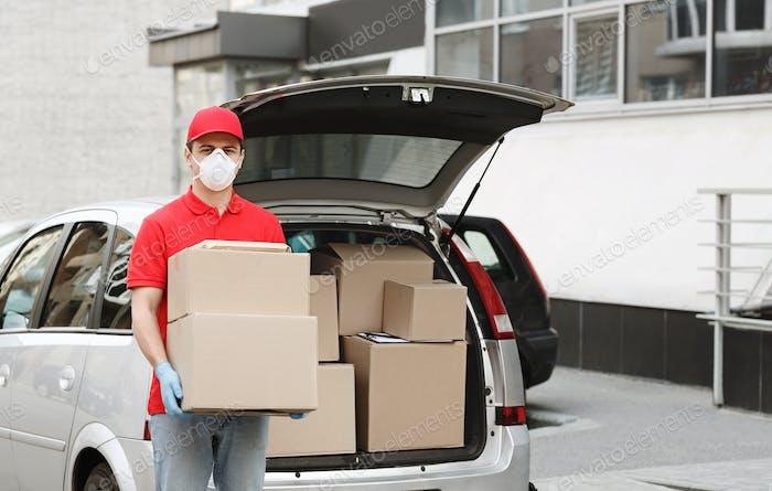 Lieferung von Großpaketen mit dem Auto mit Kurier zu Hause Konzept. Curier hält Kartons in der Nähe von vorne