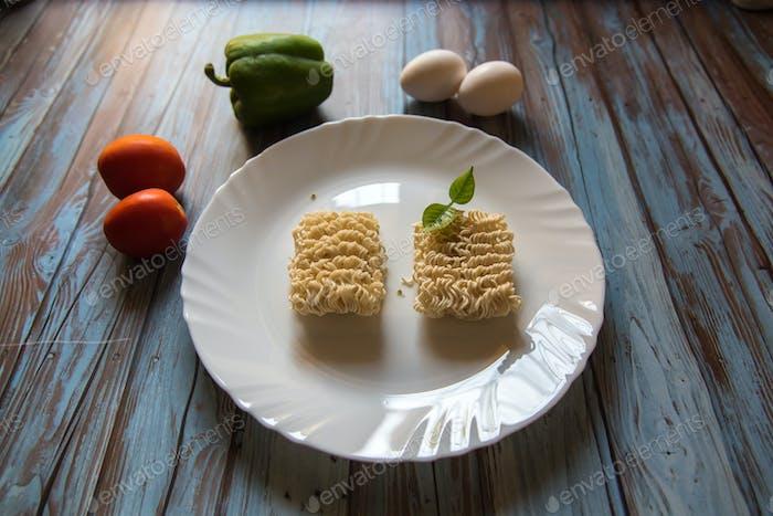 Instant-Nudeln und Gewürze