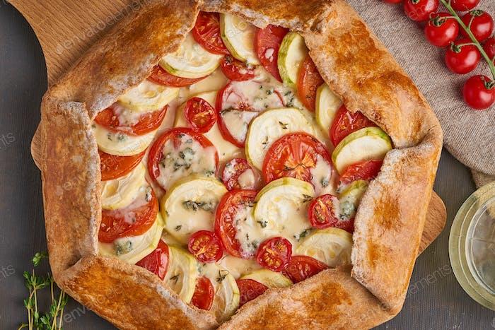 Hausgemachte Galette mit Gemüse, Vollkornkuchen mit Tomaten, Zucchini, Käse