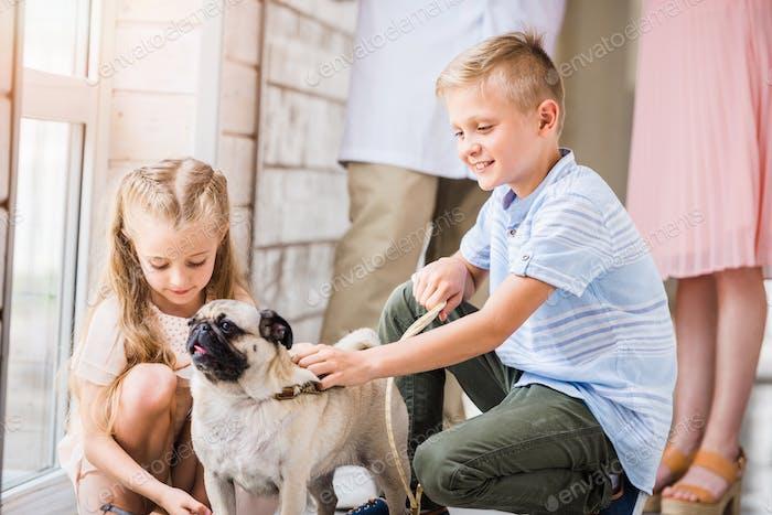 Kinder palmieren Mops im Tierheim