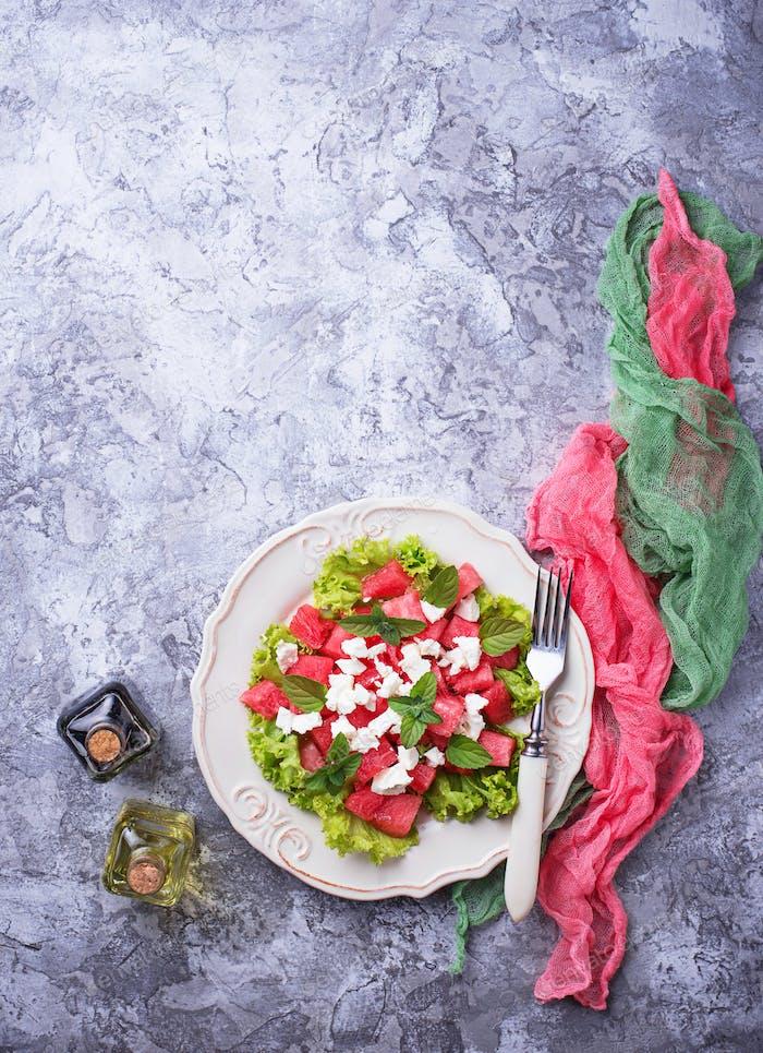 Salat mit Wassermelone und Feta-Käse