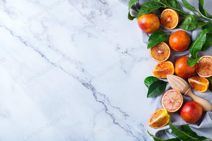 Süße sizilianische Blutorangen auf einem Marmortisch