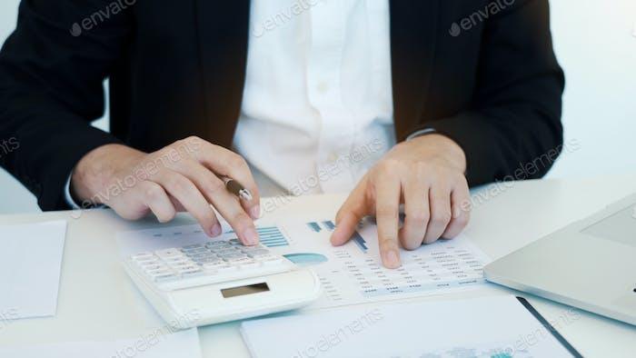 Empresarios que trabajan en el escritorio y análisis