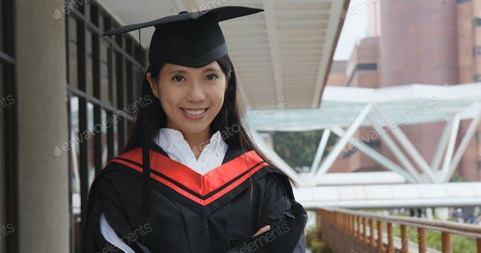 Junge Frau erhalten Abschluss in der Universität Campus