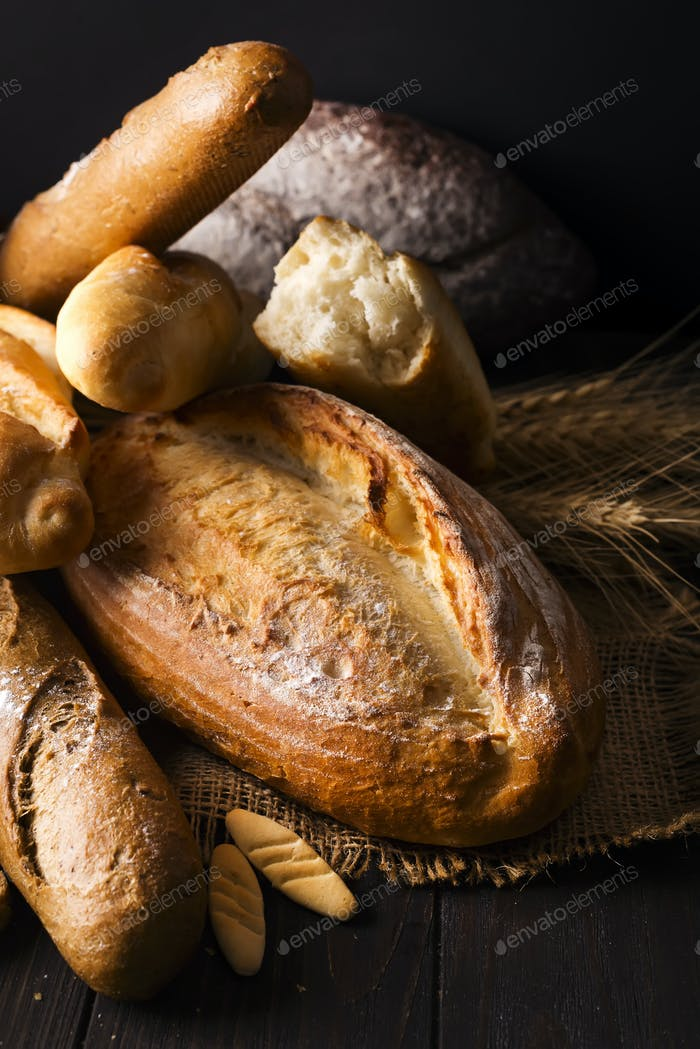 ASSORTED SELECTION OF FRESH BREAD LOAVES AND ROLLS
