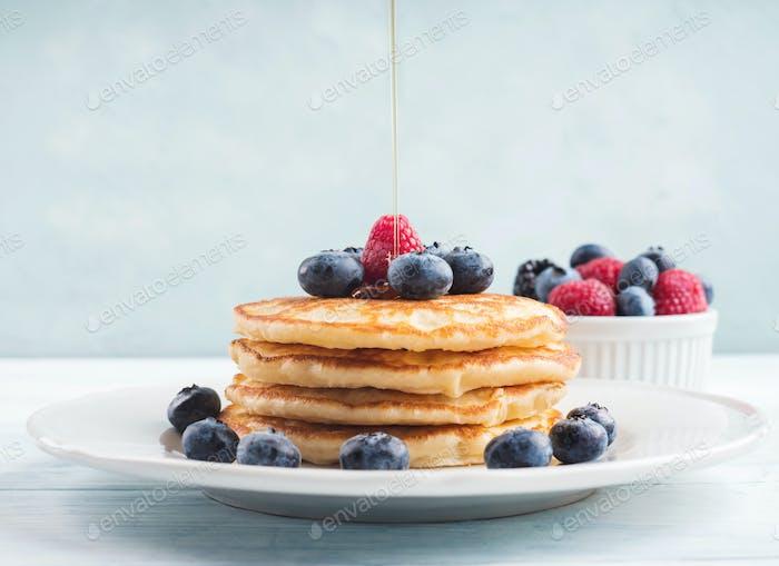 Stapel von Pfannkuchen mit Blaubeeren und Sirup