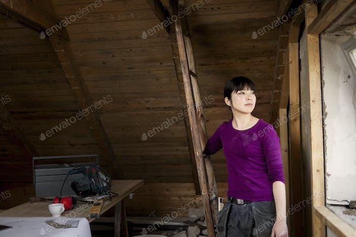 Женщина во время реновации