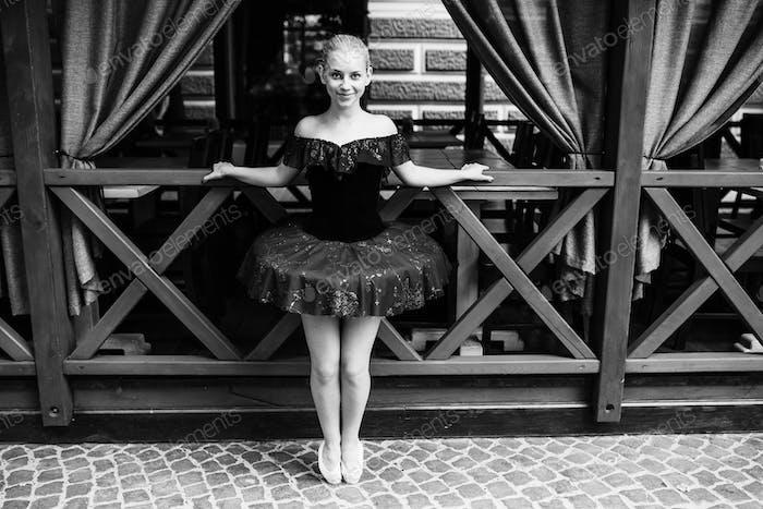 Ballerina posiert in der Innenstadt