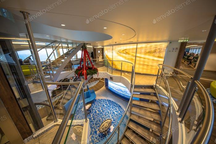 Treppenhaus in luxuriöser nautischer Passagierfähre