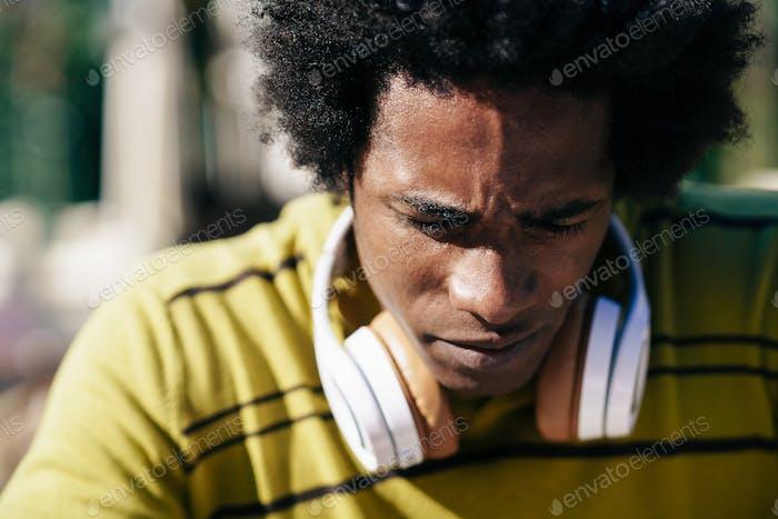 Nahaufnahme Porträt von ernsthaften schwarzen Mann Blick nach unten