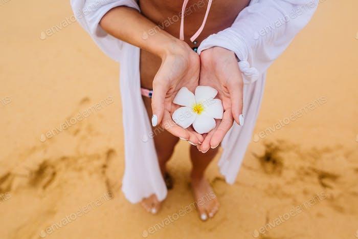 Blumenmädchen mit Händen