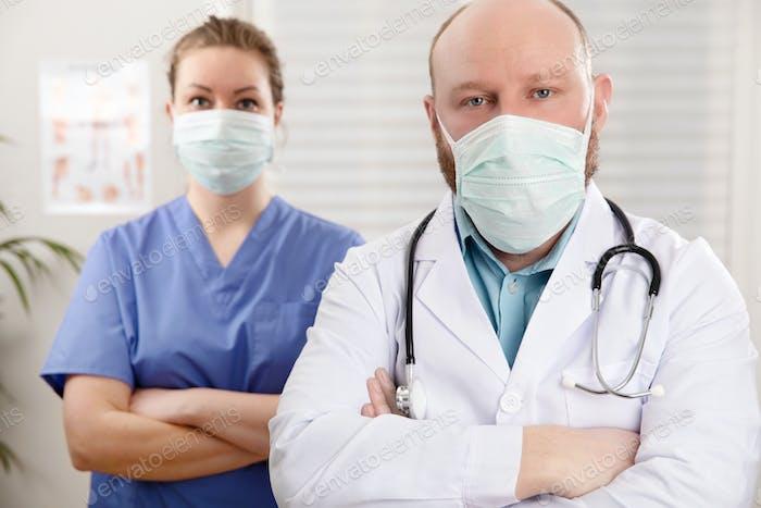 Porträt von zuversichtlich Arzt und Krankenschwester in Krankenhaus