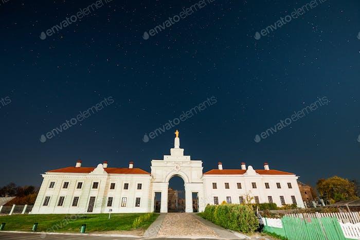 Ruschany, Region Brest, Weißrussland. Nacht Sternenhimmel über dem Tor zum Ruzhany Palace Berühmte Beliebte