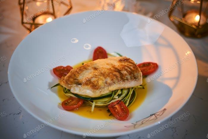 Reichhaltiges und luxuriöses Abendessen in einem Restaurant, Nahaufnahme