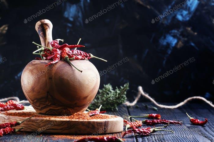 Trockener roter Chilischote in einem Mörser und Stößel